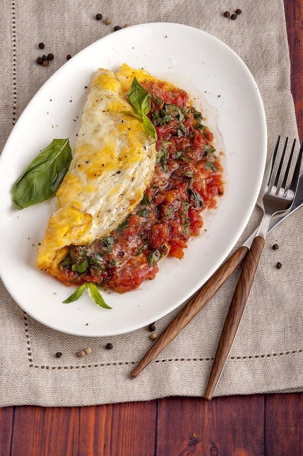 Fransk omelett med tomater arkivfoton
