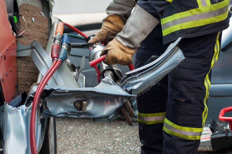 fransk räddningsaktionman med den pneumatiska maskinen på kraschat c arkivfoto