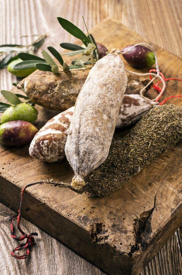 Fransk salami på träbräde royaltyfri fotografi
