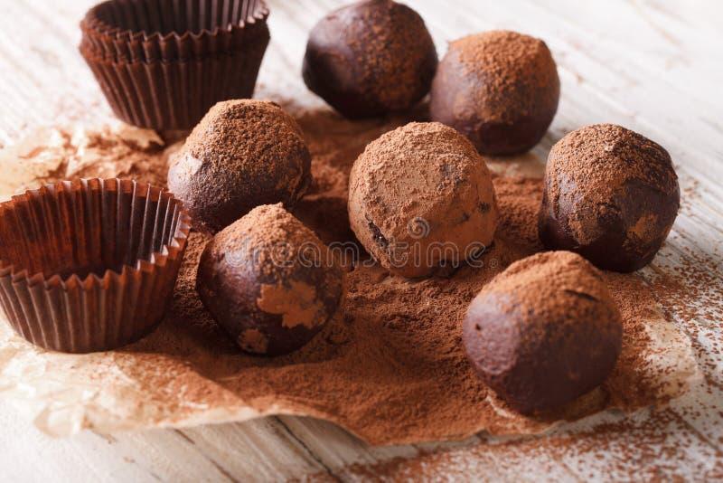Franska chokladtryfflar med närbild för kakaopulver skyler över brister Hori arkivbild