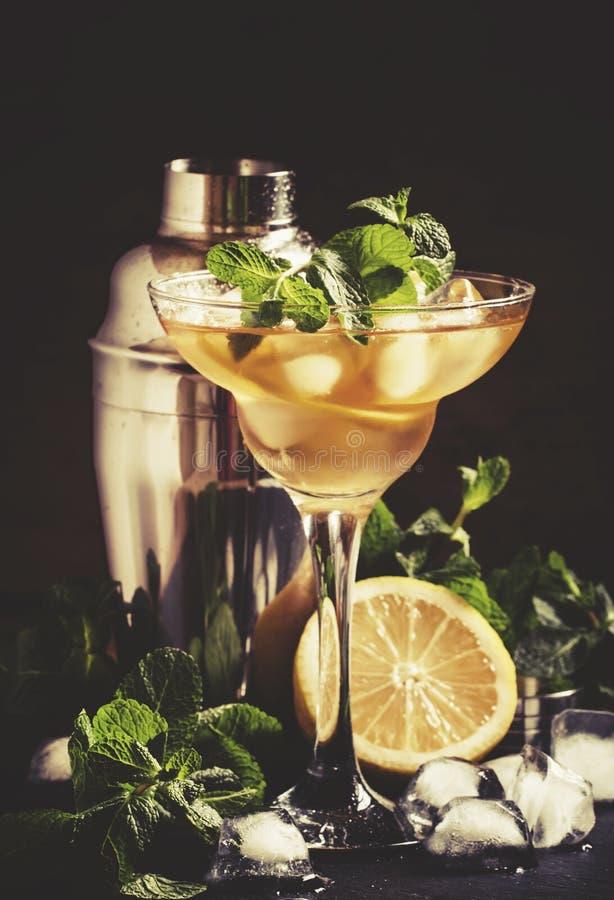 Franska daiquiri-, alkoholcoctail- med citronjuice, f?r sockersirap, konjak-, mintkaramell- och iskuber, svart bakgrund, selektiv arkivfoton