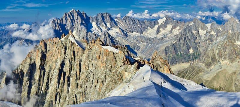 Franska fjällängar, Mont Blanc och glaciärer som sett från Aiguille du Midi, Chamonix, Frankrike arkivfoton