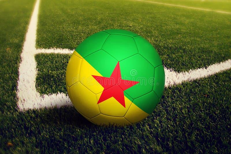 Franska Guyana boll p? positionen f?r h?rnspark, bakgrund f?r fotbollf?lt Nationellt fotbolltema p? gr?nt gr?s arkivbilder