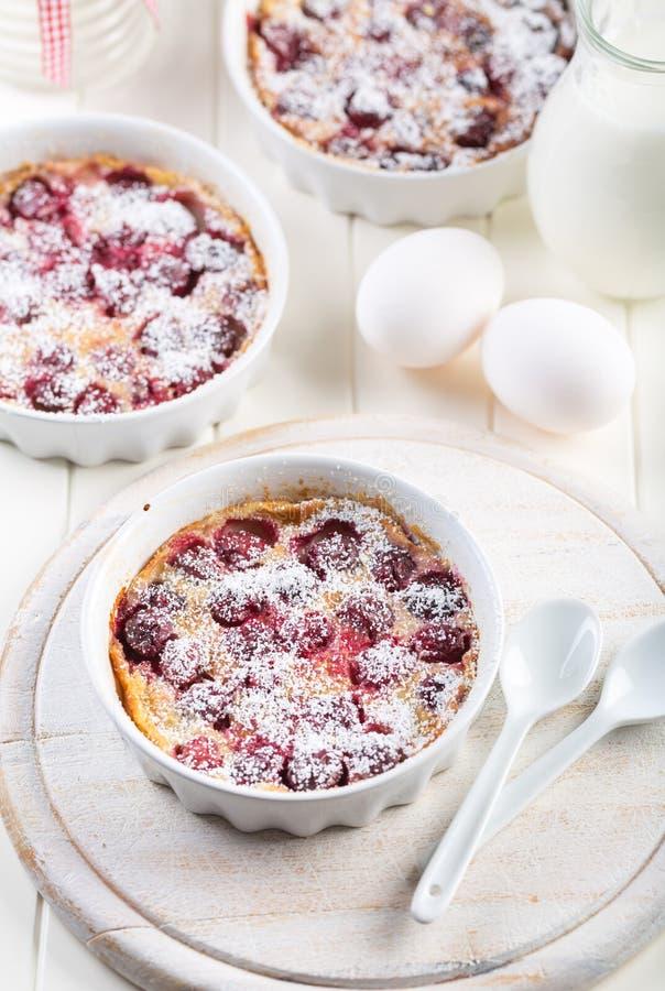 Franska körsbärsröda clafoutis - mjölka kakan royaltyfria foton