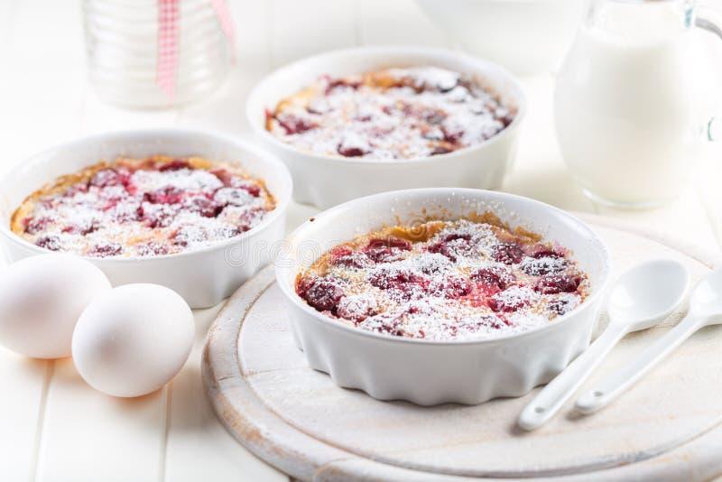Franska körsbärsröda clafoutis - mjölka kakan royaltyfria bilder