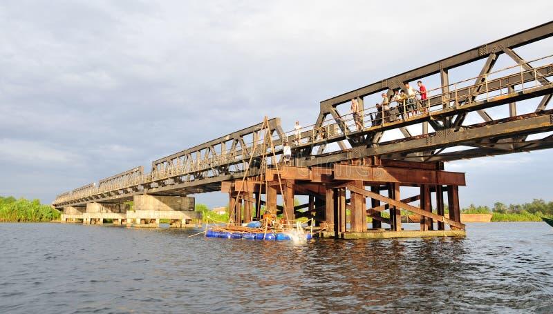 Franska-koloniinvånare brigde över den Kampot floden royaltyfria foton