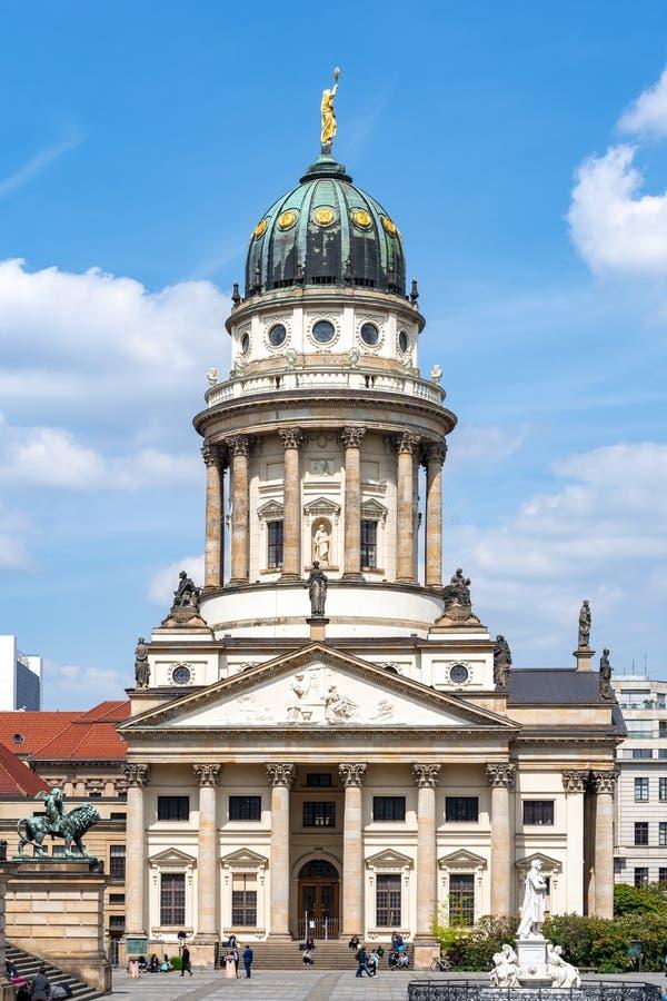 Franska kyrkaFranzösischer Dom på den Gendarmenmarkt fyrkanten, Berlin, Tyskland arkivfoton