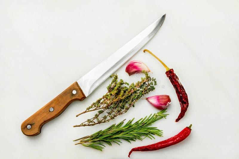 Franska medelhavs- kryddor och smaktillsatser för kokkonstingrediensörter Marmor för kniv för kök för peppar för varm chili för t arkivfoto