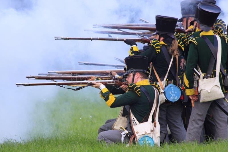 Franska medeltida soldater som skjuter gevär arkivbild