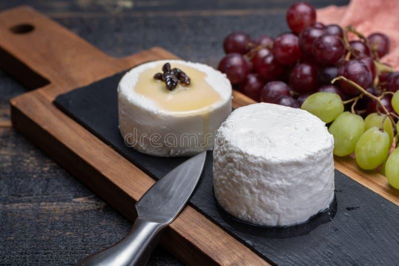 Franska mjuka ostar, variation av den olika smakgeten mjölkar natura arkivfoton