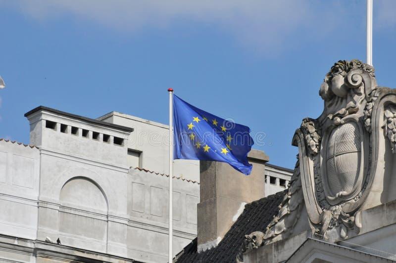 FRANSKA OCH FLUGA FÖR EU FALG ÖVER FRANSK AMBASSAD I KÖPENHAMN fotografering för bildbyråer