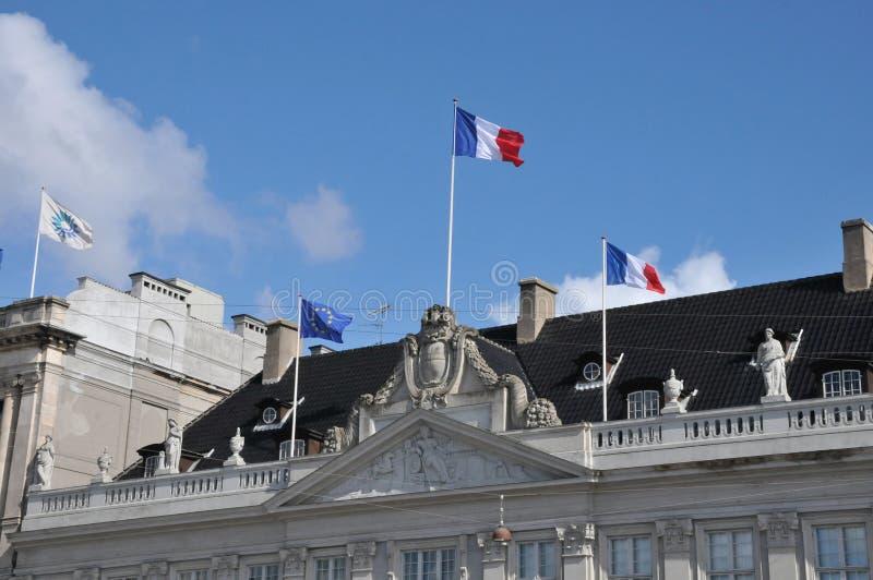 FRANSKA OCH FLUGA FÖR EU FALG ÖVER FRANSK AMBASSAD I KÖPENHAMN royaltyfri foto