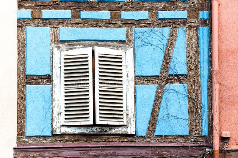 Franska provencal stilblått inhyser väggen med fönster Alsace Fra arkivfoto