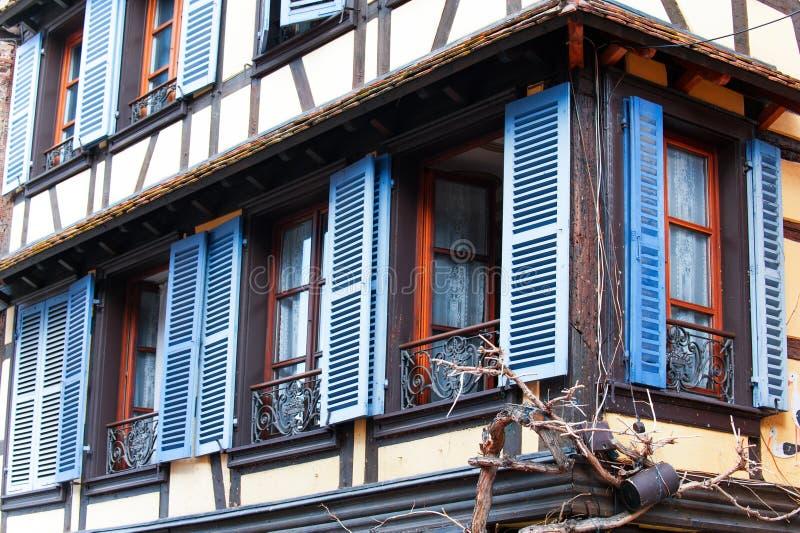 Franska provencal stilfönster med blåa träslutare alright arkivfoton