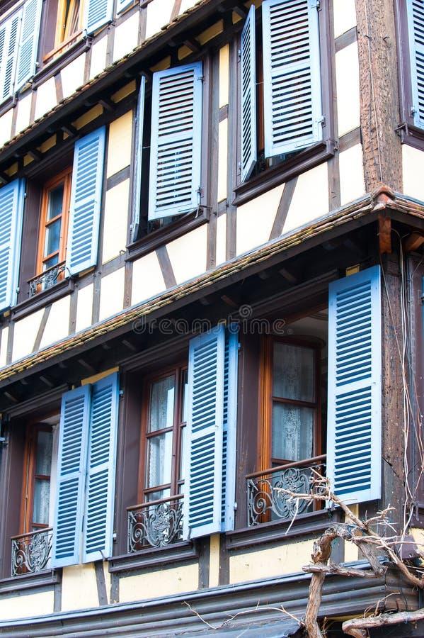 Franska provencal stilfönster med blåa träslutare alright fotografering för bildbyråer