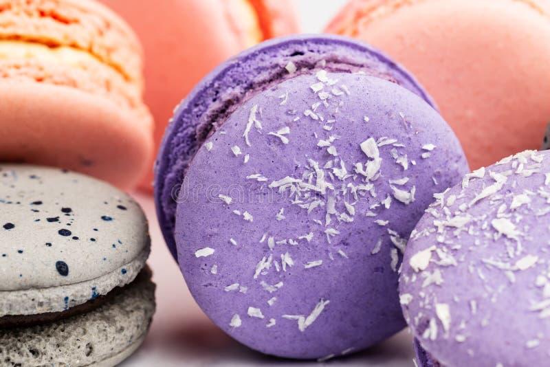 Franska purpurfärgade, gråa och rosa macarons eller makron, closeup royaltyfri fotografi