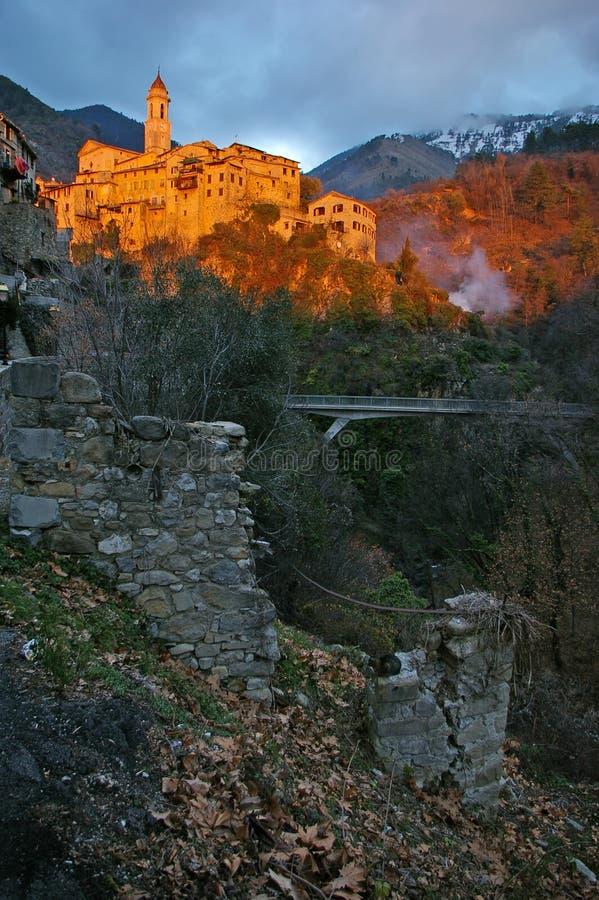 Franska Riviera, Pre-alpint landskap: medeltida by på solnedgången royaltyfri bild