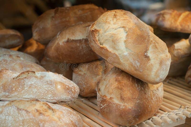 Franska traditionella bröd i bageri royaltyfri fotografi