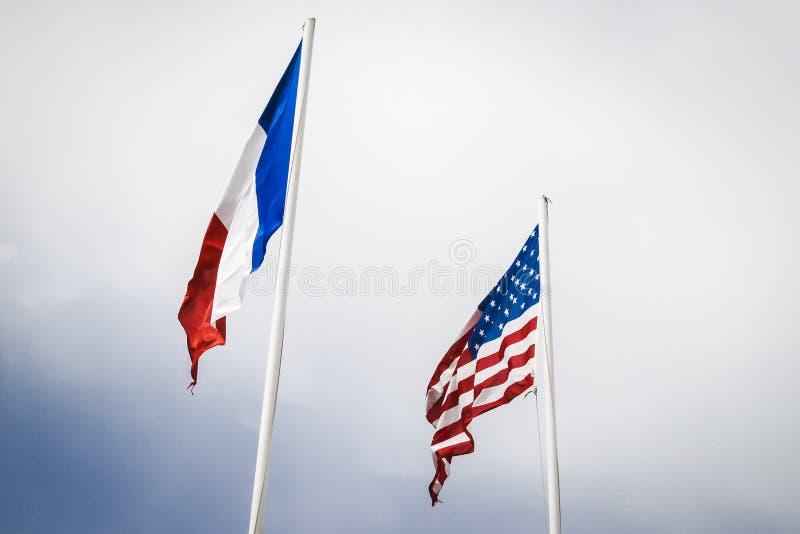 Franskan och USA flaggor som flyger på Utah, sätter på land, Normandie royaltyfria bilder