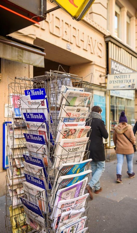 Franskan trycker på tidningen från en tidningskiosk som visar trumfinaugura royaltyfria foton