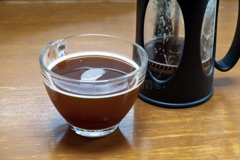 Franskan trycker på varmt kaffe arkivfoton