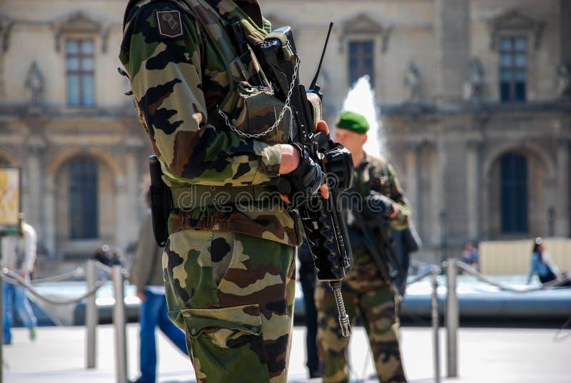 Franskasoldat som patrullerar på gatan arkivbild
