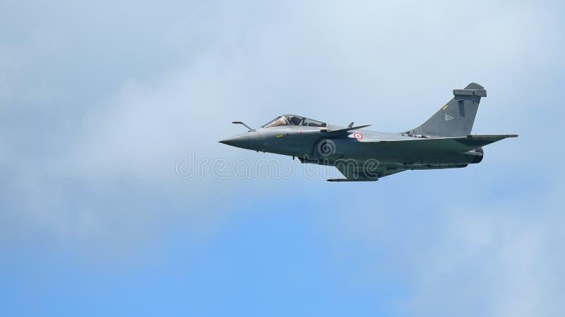 Franskt flygvapen Rafale som utför konstflygning på Singapore Airshow royaltyfria bilder