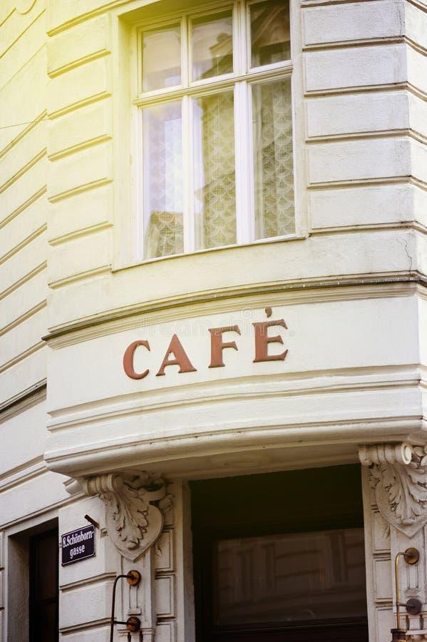 Franskt kafé i Wien på en solig dag royaltyfri fotografi
