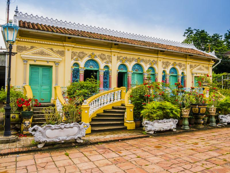 Franskt koloniinvånare-stil hus i den Binh Thuy byn, Vietnam arkivbild