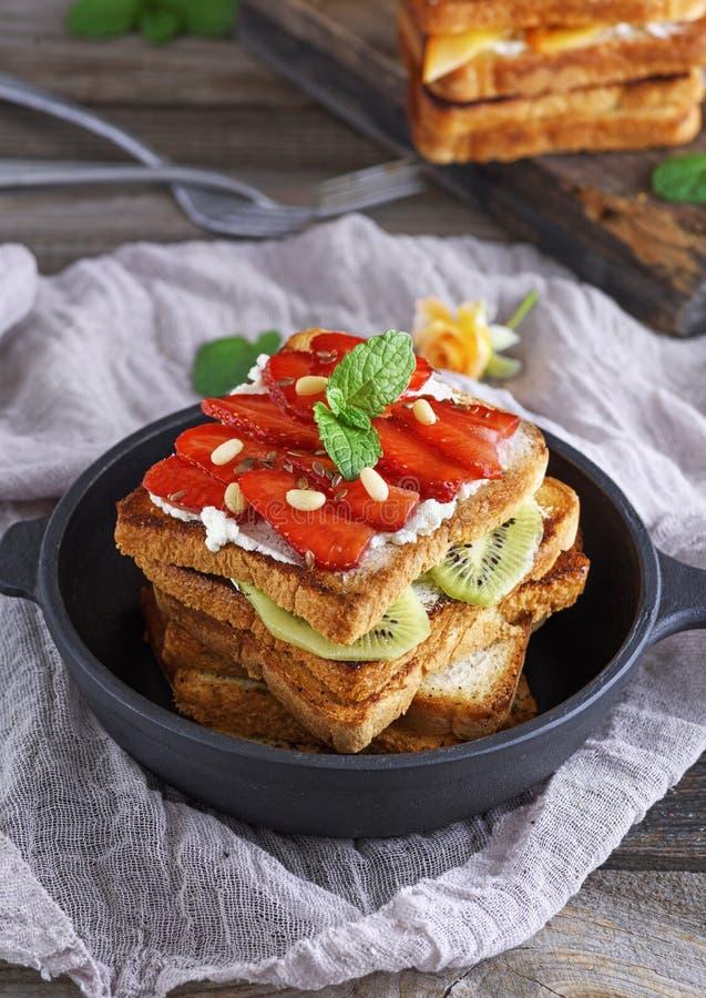 Franskt rostat bröd med den nya jordgubbar och kiwin royaltyfria bilder