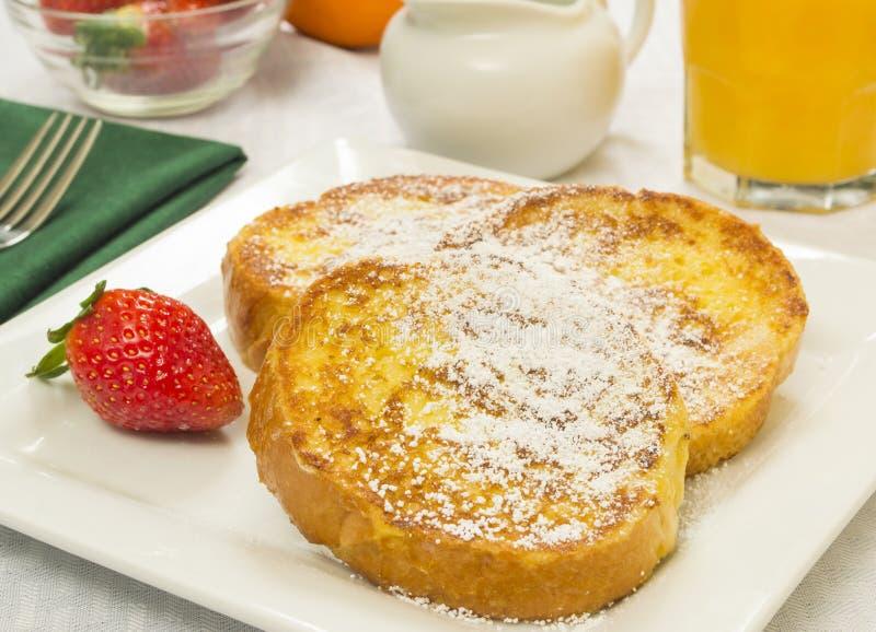 Franskt rostat bröd och nya jordgubbar arkivfoto
