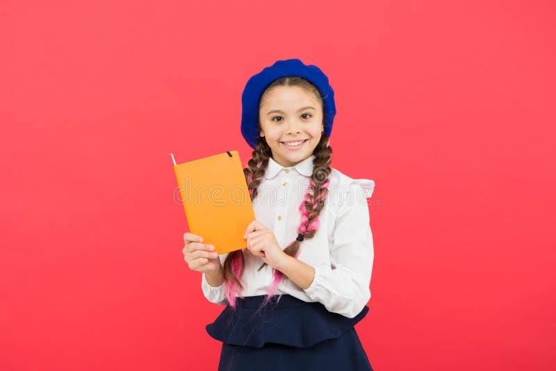 franskt spr?k L?ra franska lyckligt barn i likformig liten flicka i fransk basker Utbildning utomlands ungemode arkivfoto