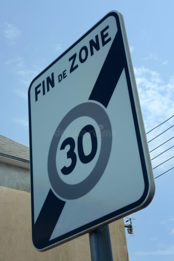 Franskt tecken som indikerar en begränsad hastighetsbegränsning till trettio kilometer i timmen arkivfoto