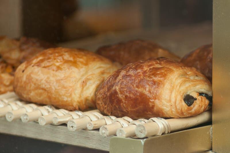franskt traditionellt chokladbröd i bageri arkivbilder