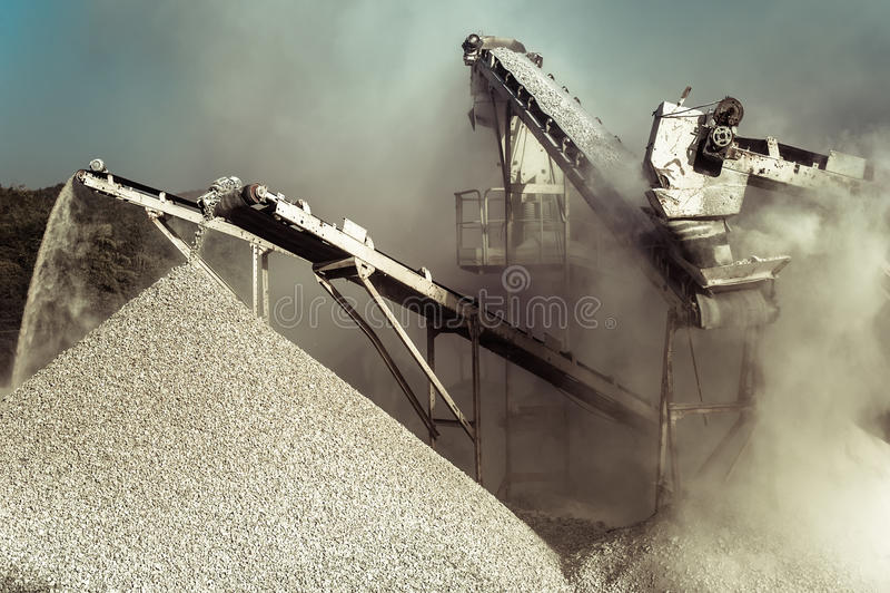 Frantoio funzionante della ghiaia Priorità bassa industriale immagini stock
