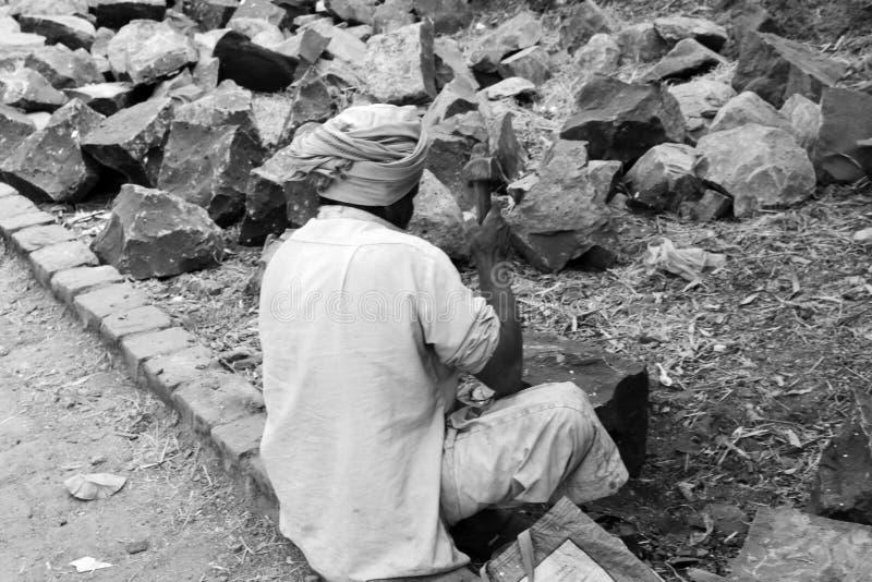 Frantoio per pietre sul lato della strada fotografia stock