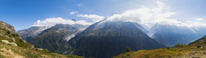Französische Alpen mit Mont Blanc lizenzfreies stockfoto