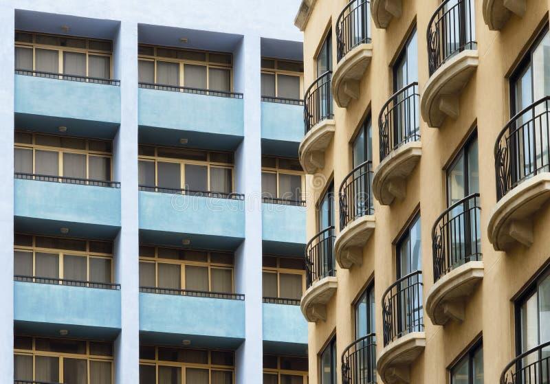 Französische Balkone, die zur postmodern Architektur von blauen Balkonen kontrastieren lizenzfreie stockfotografie