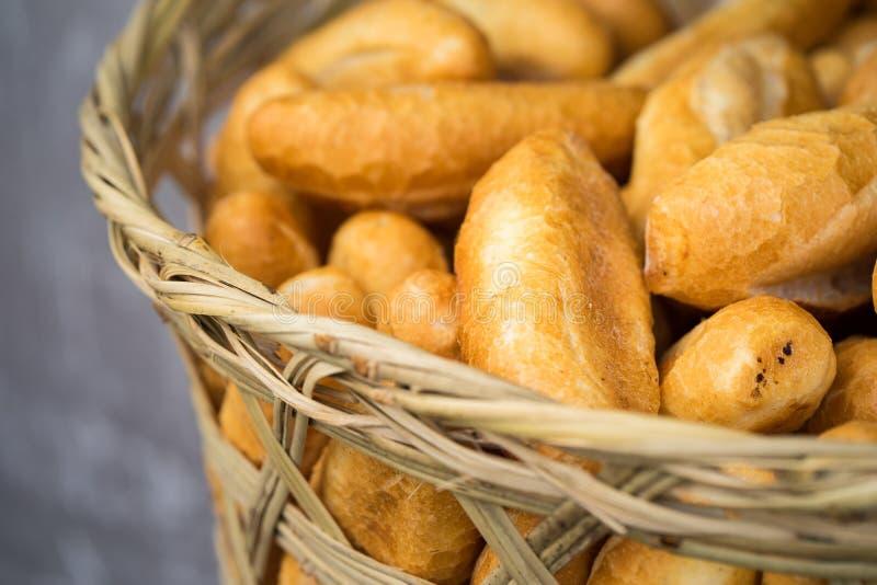 Französische Brote im Korb Hanoi-Straßenlebensmittel lizenzfreie stockfotos