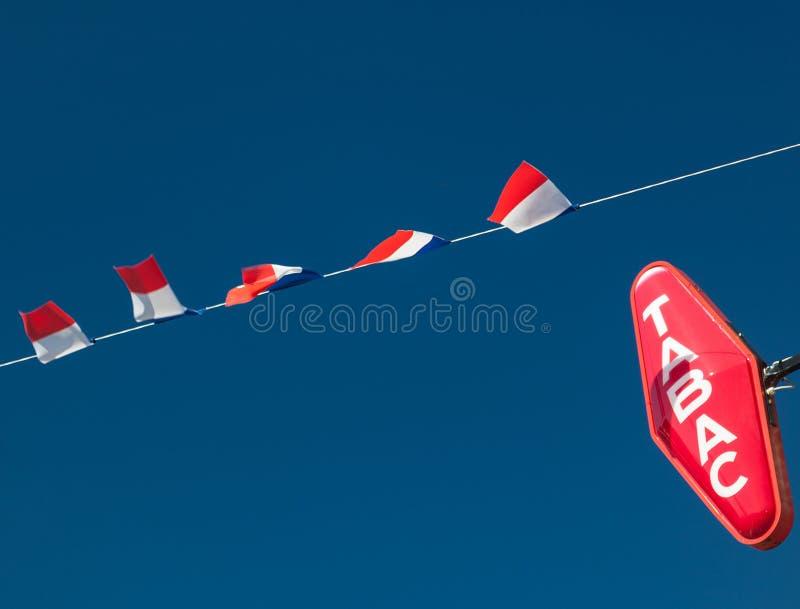 Französische Flaggen und Tabac-Zeichen lizenzfreies stockfoto