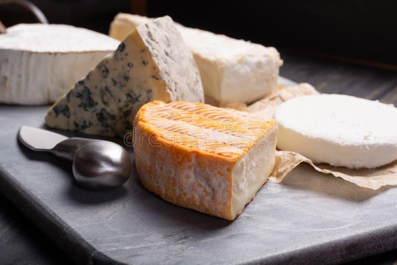 Französische Käseplatte in der Zusammenstellung, Blauschimmelkäse, Briekäse, Munster, lizenzfreies stockfoto
