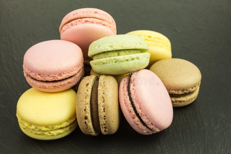 Französische macarons in den Pastellfarben stockbild