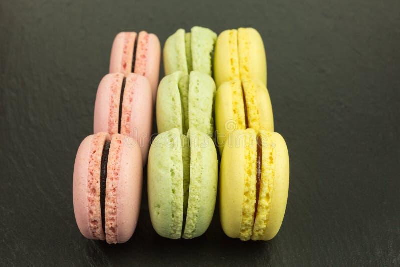Französische macarons in den Pastellfarben lizenzfreie stockfotografie
