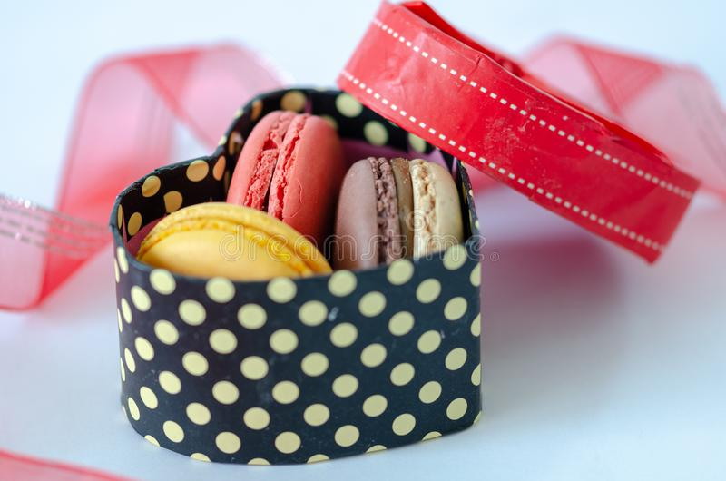 Französische Makronen in einer Geschenkbox, Valentinstag, lizenzfreies stockfoto