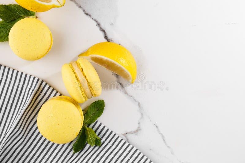 Französische Makronen lokalisierten Selektiver Fokus Schöne gelbe Makronen mit Minze und Zitrone in gestreifter Serviette auf Mar stockfotografie