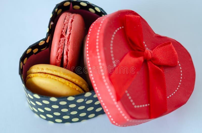 Französische Makronen sind in einer Geschenkbox, Valentinstag, lizenzfreie stockfotos