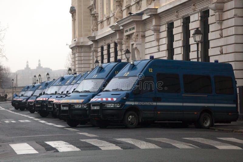 Französische Polizeiaufgebote Gendarmeriepackwagen, die in der Linie nahe ihren Hauptsitzen im Stadtzentrum gelegenes Paris warte lizenzfreie stockfotos