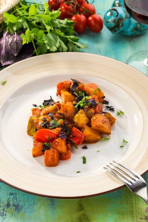 Französische Ratatouille des gesunden selbst gemachten Gemüseragouts auf blauem Holztisch stockfotografie