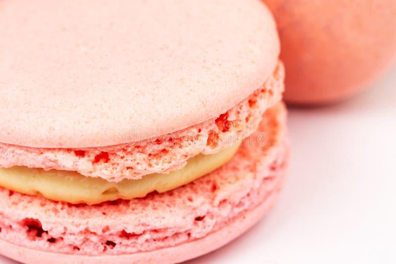 Französische rosa macarons oder Makronen vorbei auf einem weißen Hintergrund, Nahaufnahme lizenzfreie stockfotos