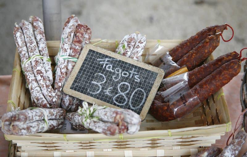 Französische saucisson Bildschirmanzeige im Markt stockbild